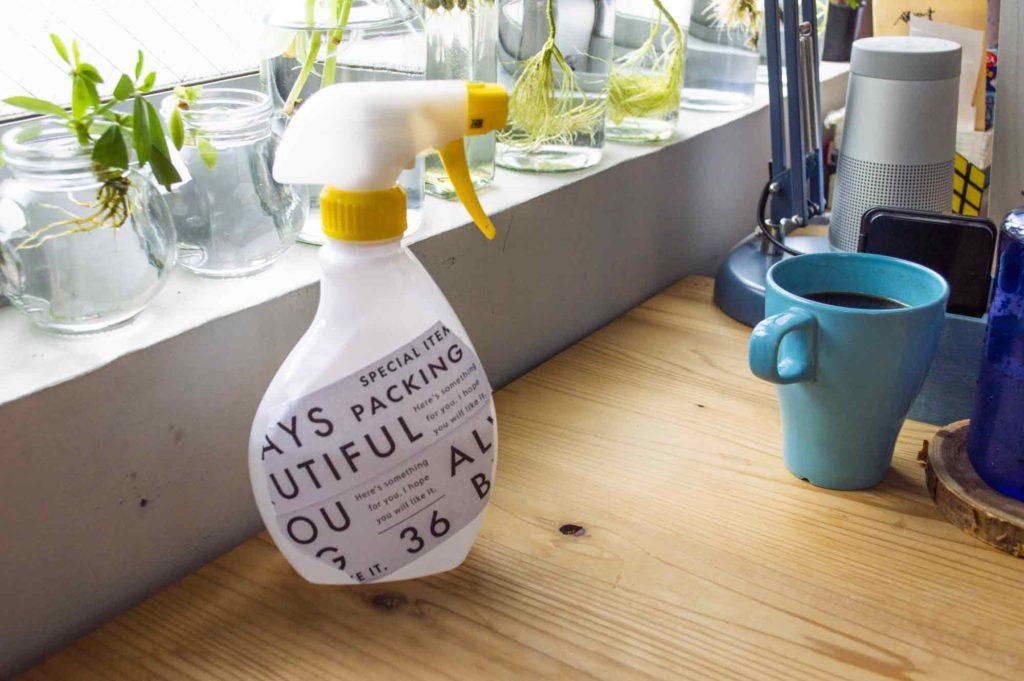 白のデザインクラフトシールを貼って生活感を消したアルコールスプレーボトル