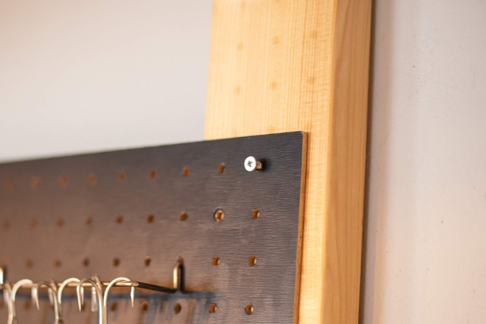 有孔ボードと2×4材の角材をネジでしっかり固定している