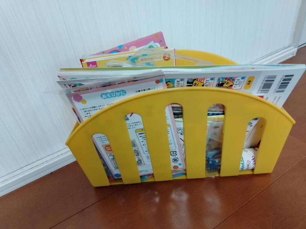 本や雑誌などもケースに入れる事で綺麗に収納ができる