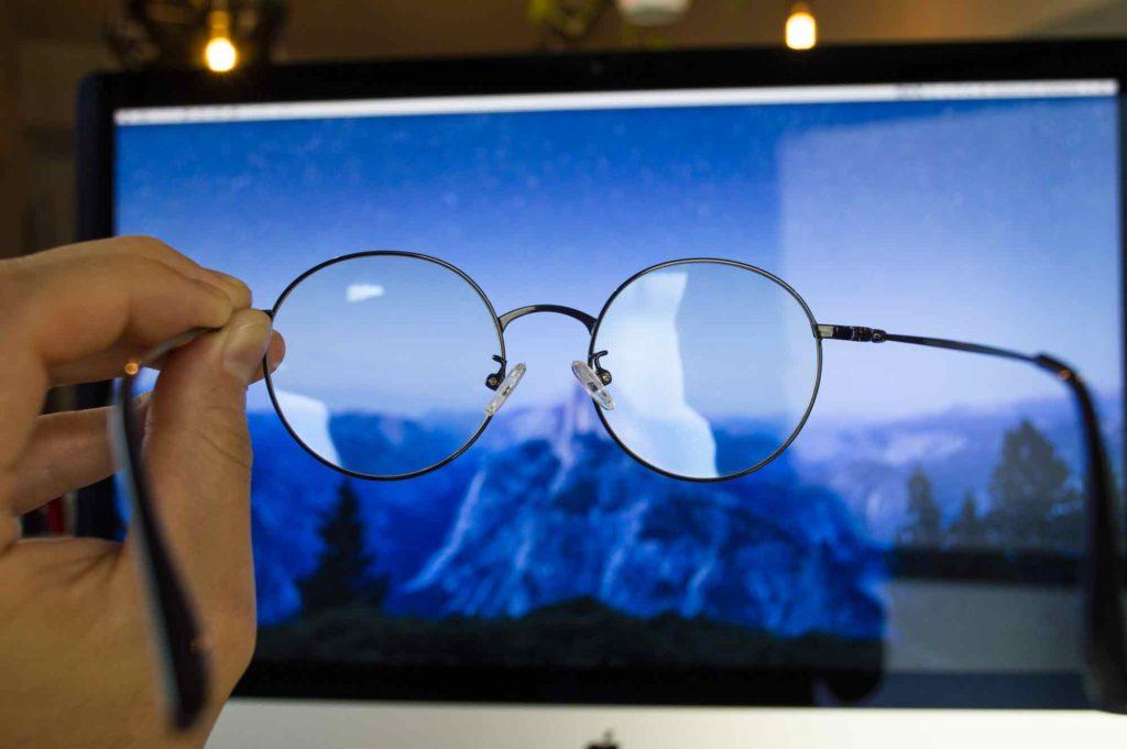 パソコン画面からレンズを通してみるブルーライトカットレンズ眼鏡