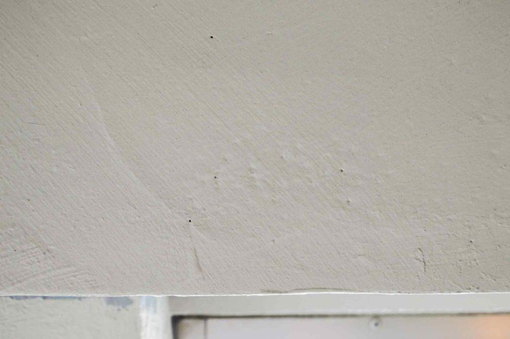 フックを貼り付ける凹凸の激しいコンクリート壁