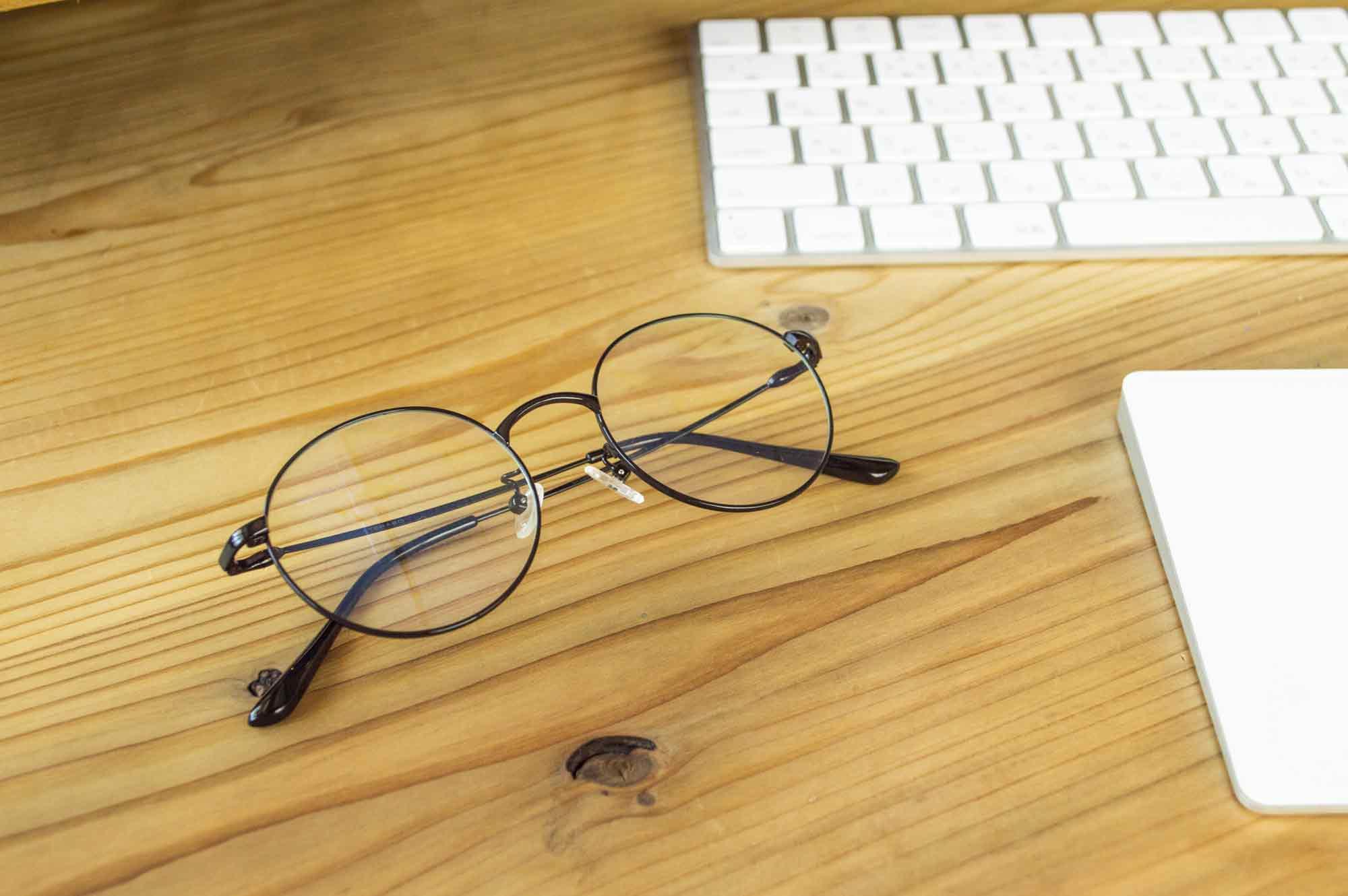 机の上に置いた眼鏡