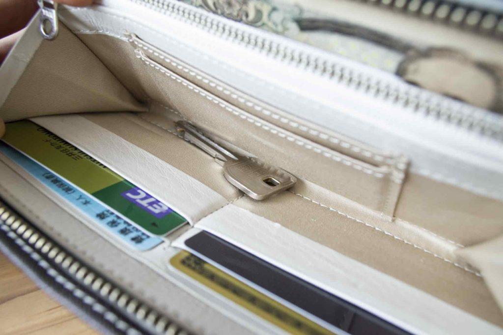 財布の中に入れた裸1本の鍵