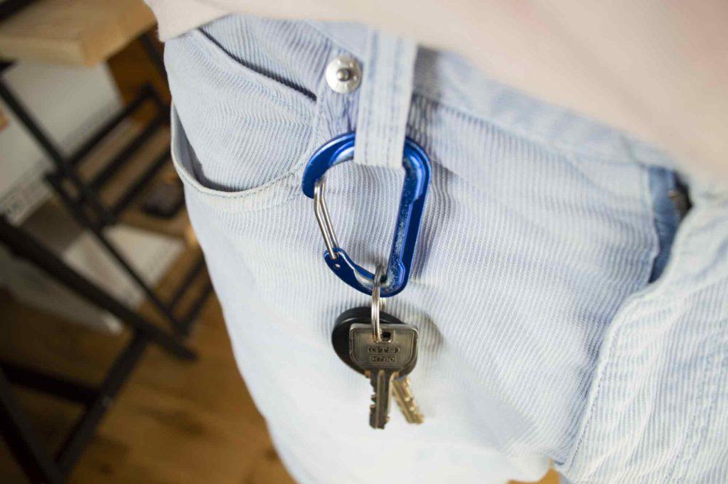 ベルトループに装着したカラビナと鍵