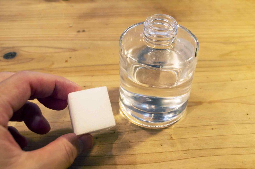 リードディフューザーの瓶口を塞ぐのに使用するメラミンスポンジ