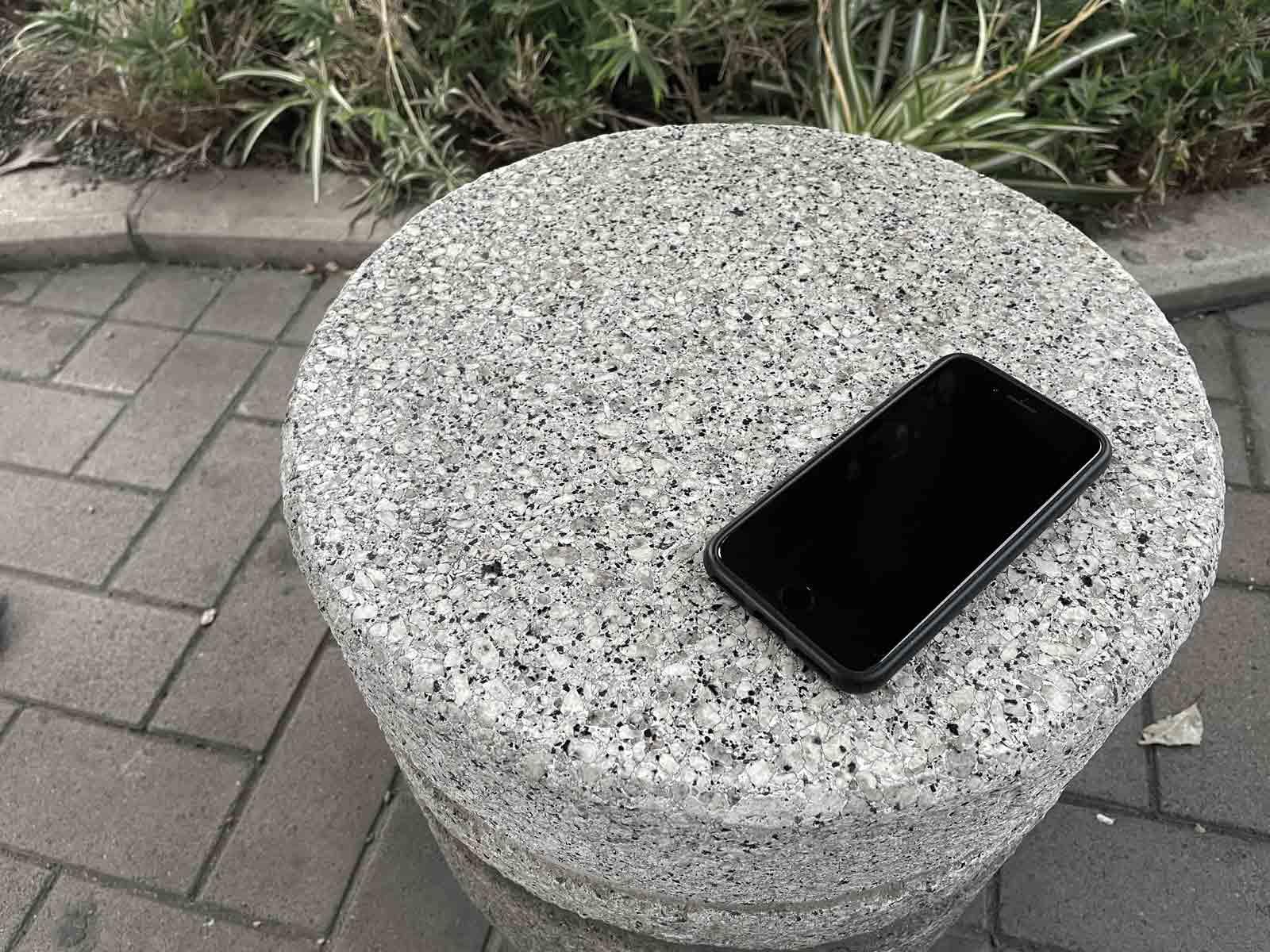 ベンチに置き去りにされたスマートフォン