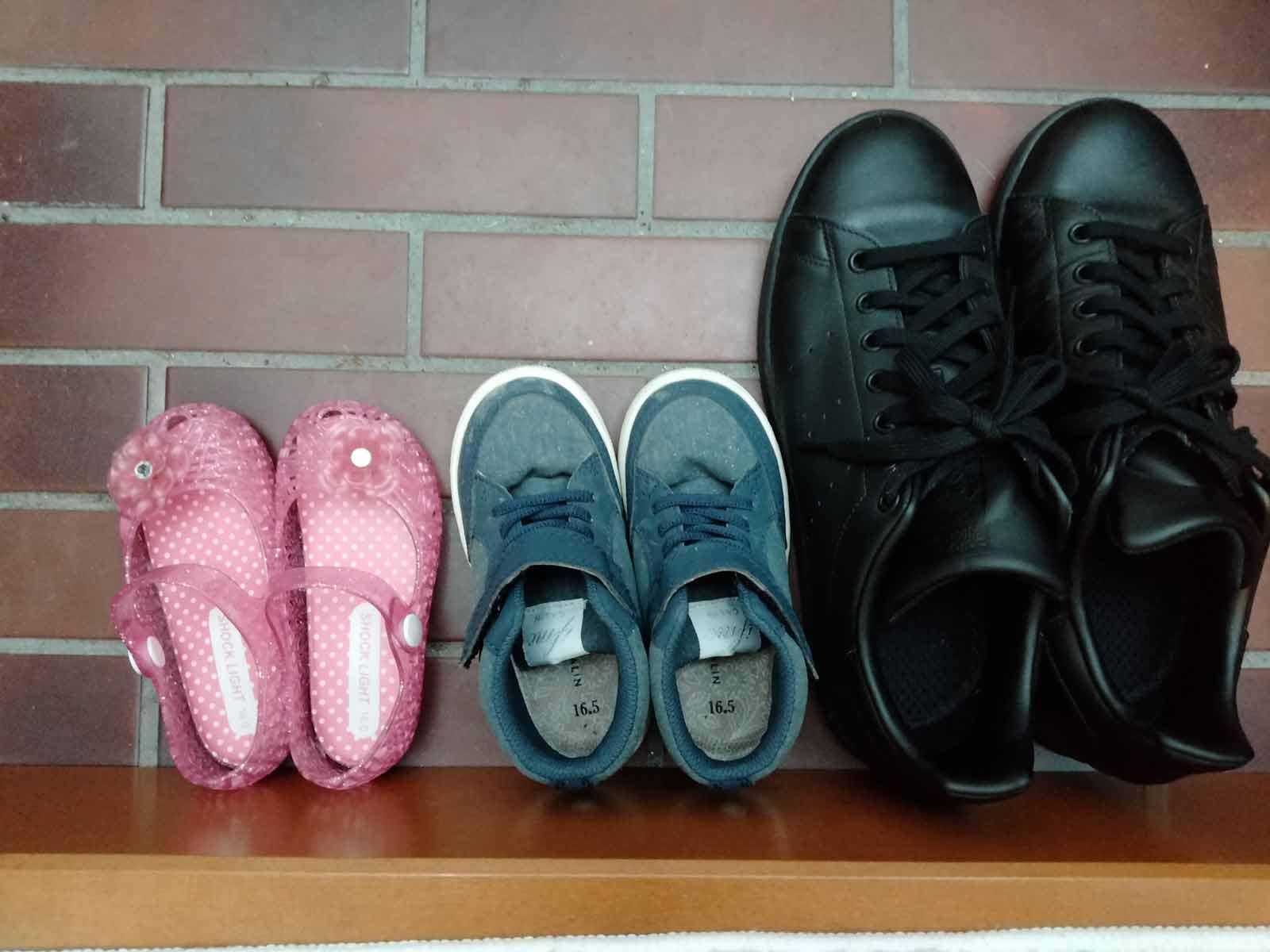 玄関に並べられている子供靴と大人靴