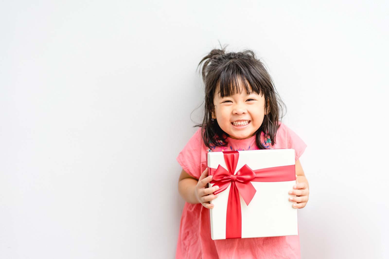 プレゼントを貰って喜んでいる女の子