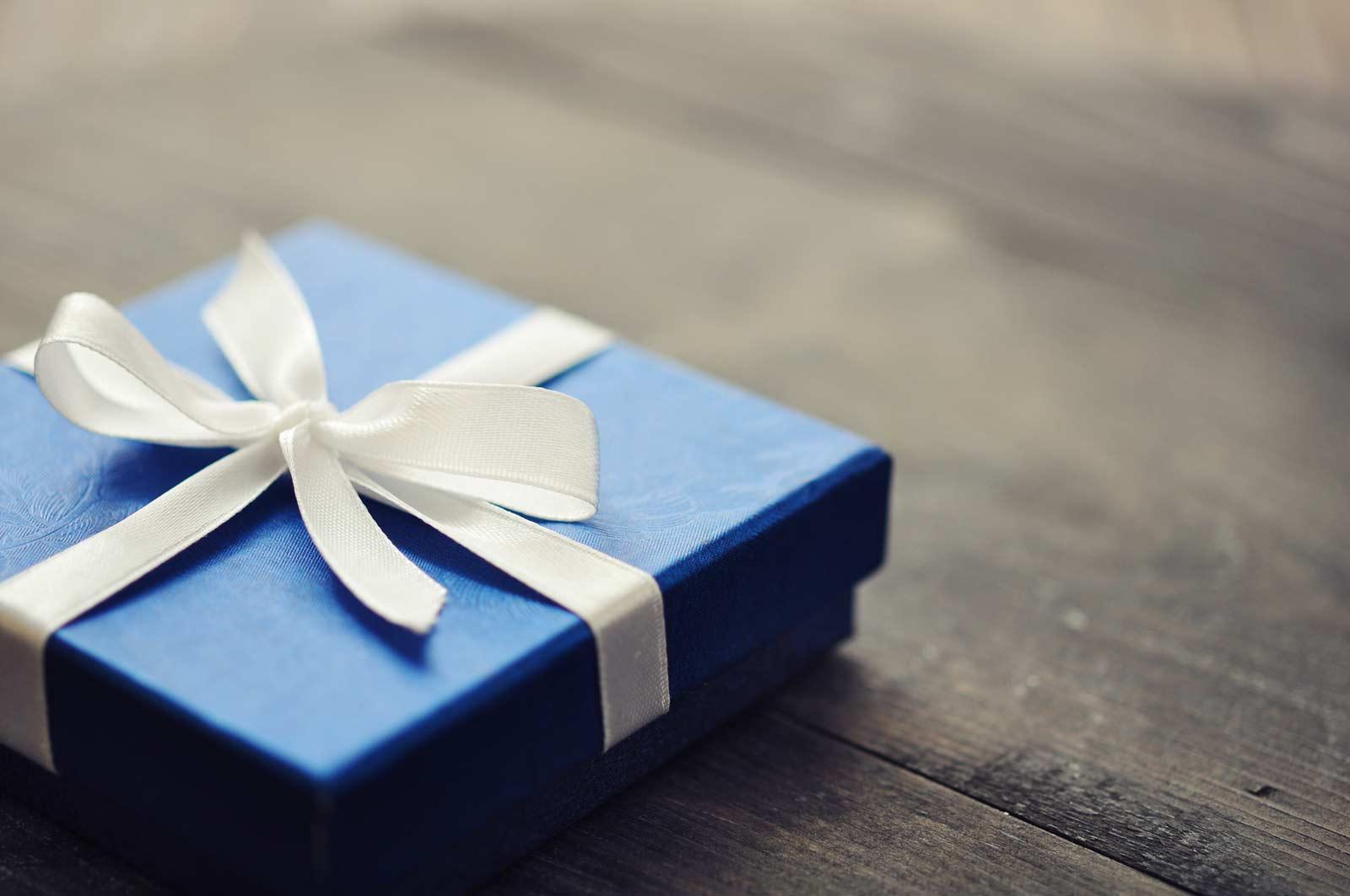 机の上に青いプレゼントBOXがのっている