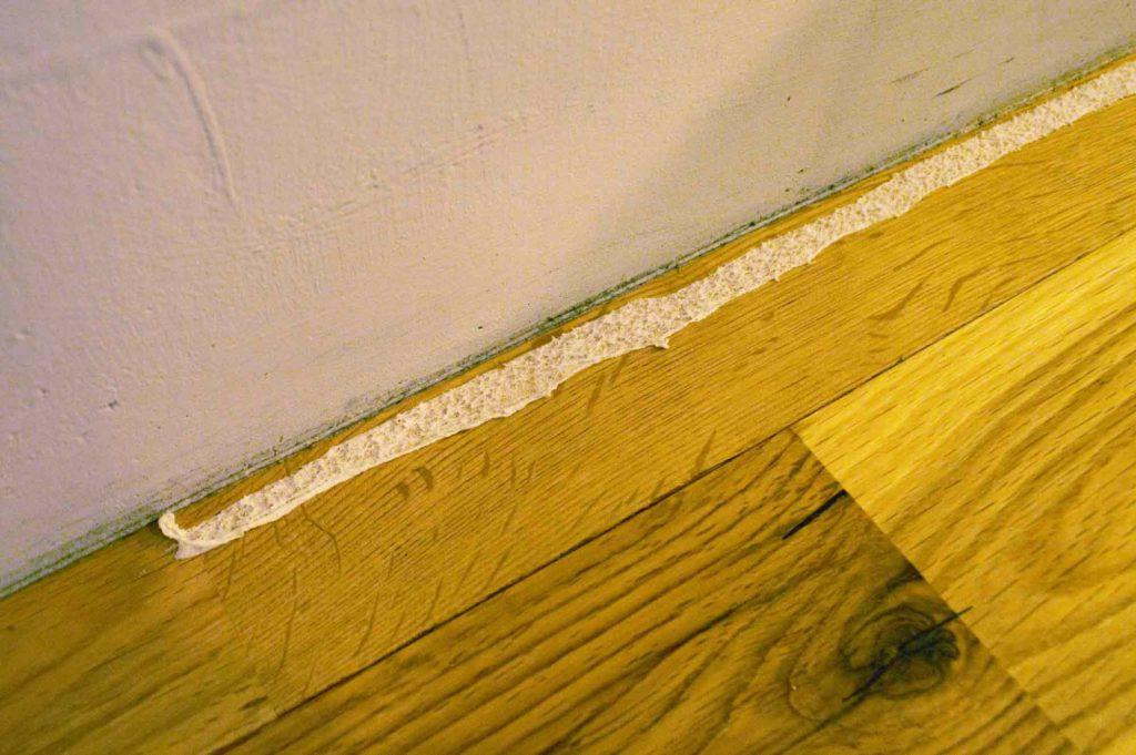 床から剥がれずこびりついて残ってしまった両面テープ