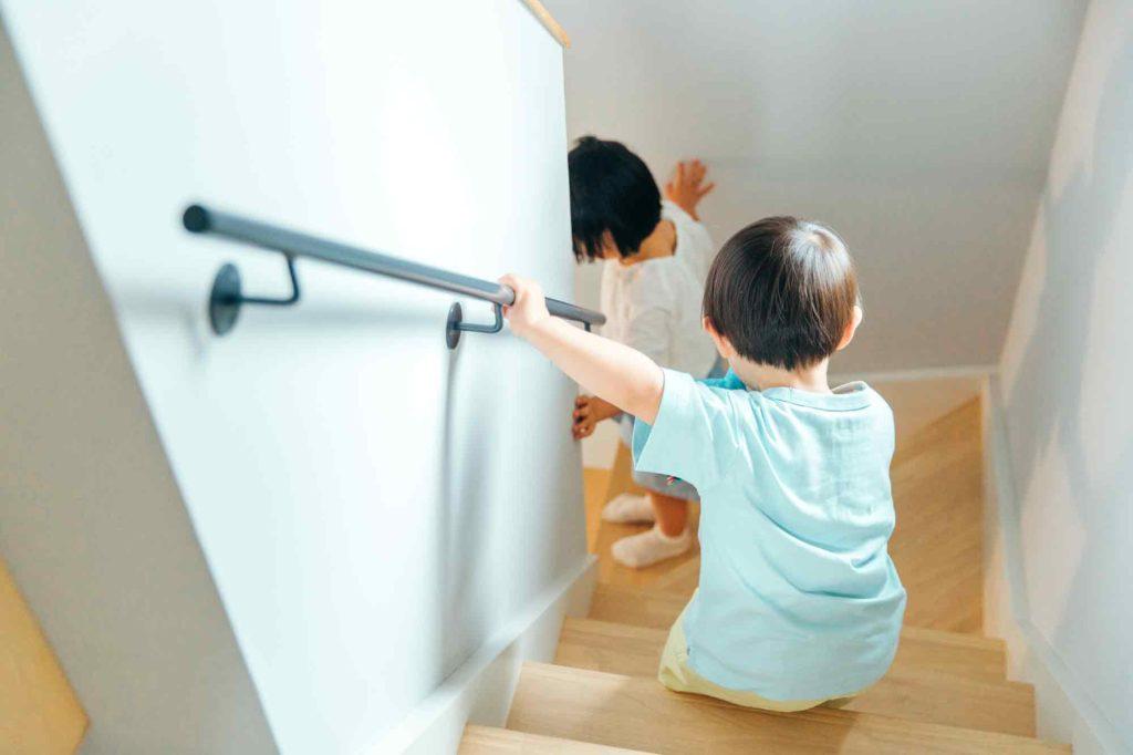 階段を下りる子供たち