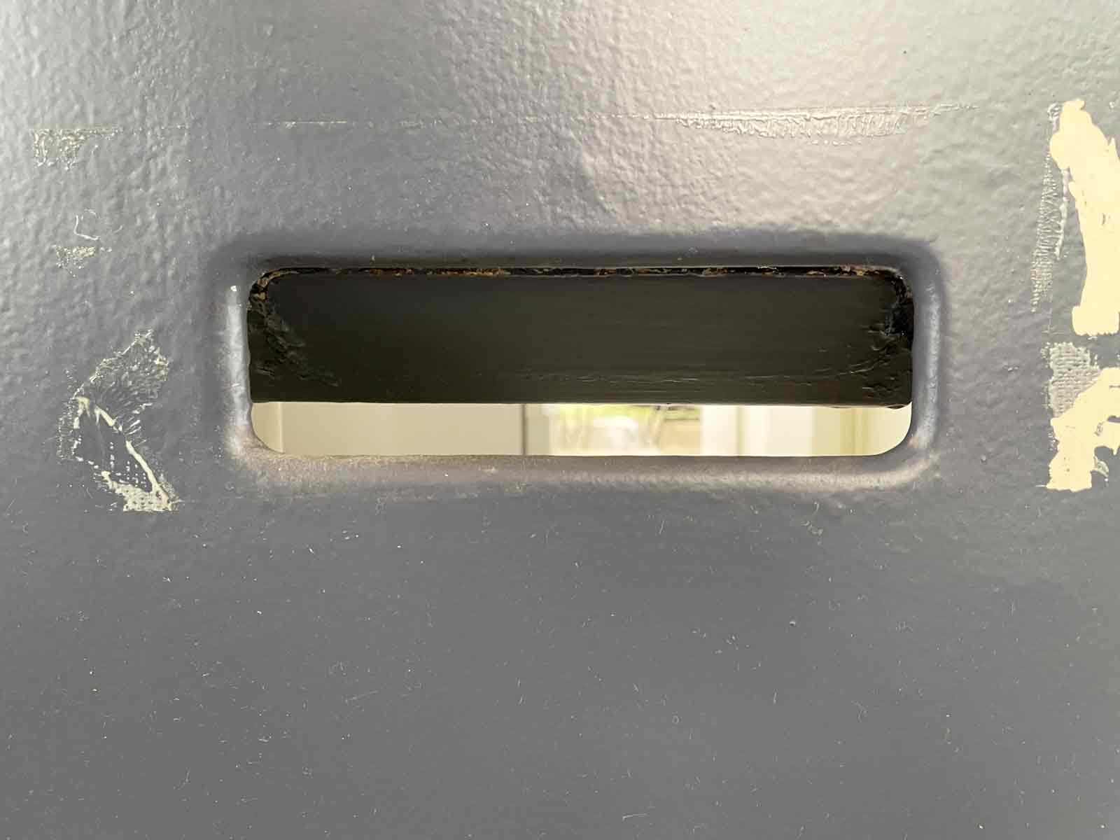 郵便ポストを指で押し上げると部屋の中が丸見え
