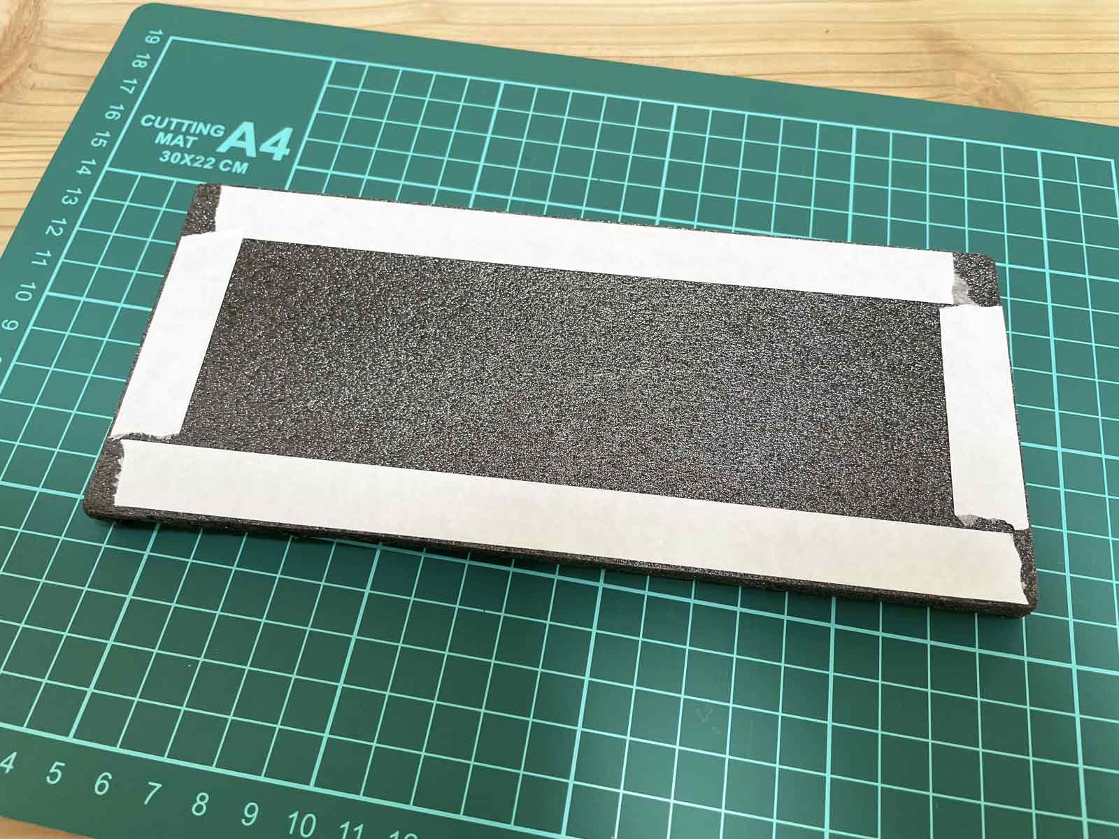 両面テープをカラーボードに貼る