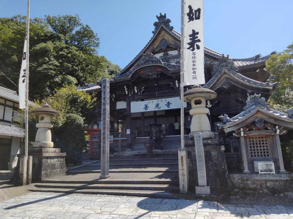 参道手前の駐車場に車を止めると、すぐそばに「善光寺」があります