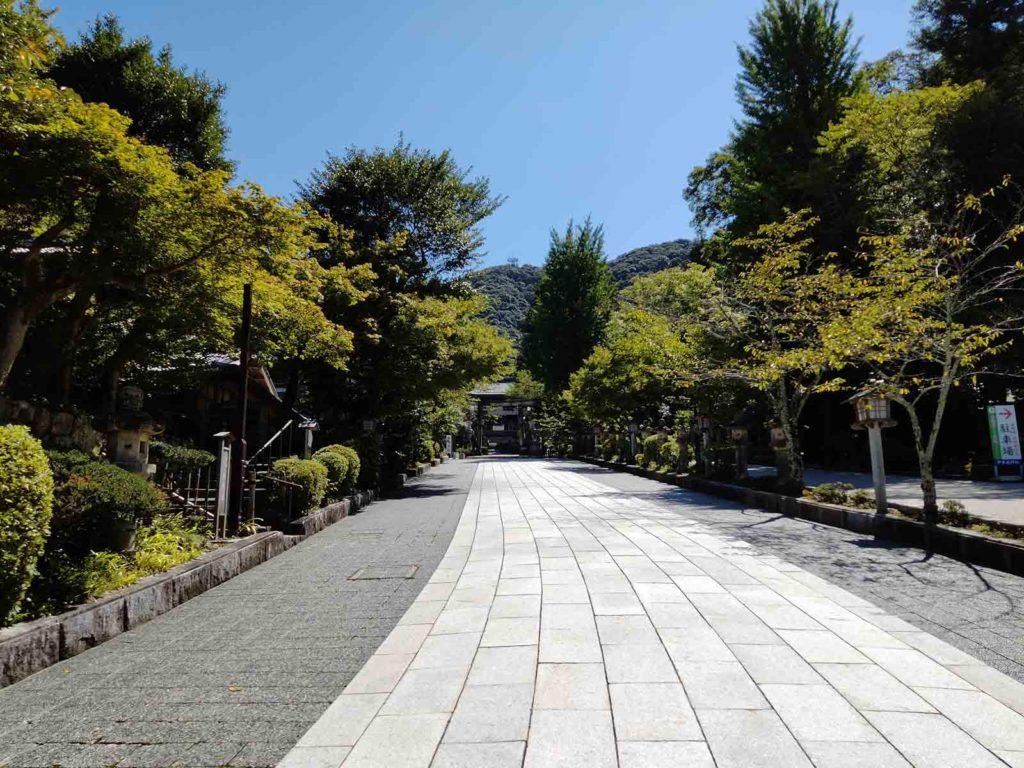 本殿までは少し歩く。広々とした参道で、歩いていて気持ちいい