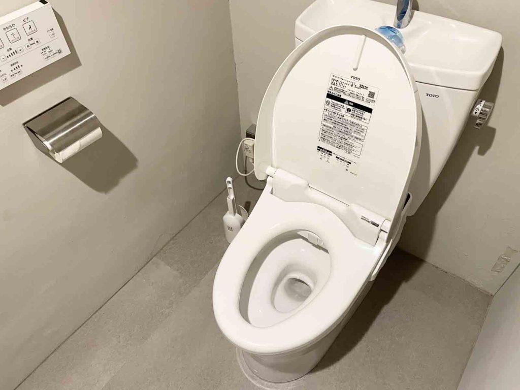 トイレの便座の蓋が空いている状態