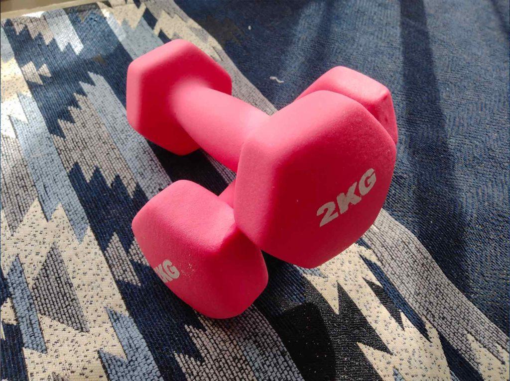 ピンク色の2kgのダンベル