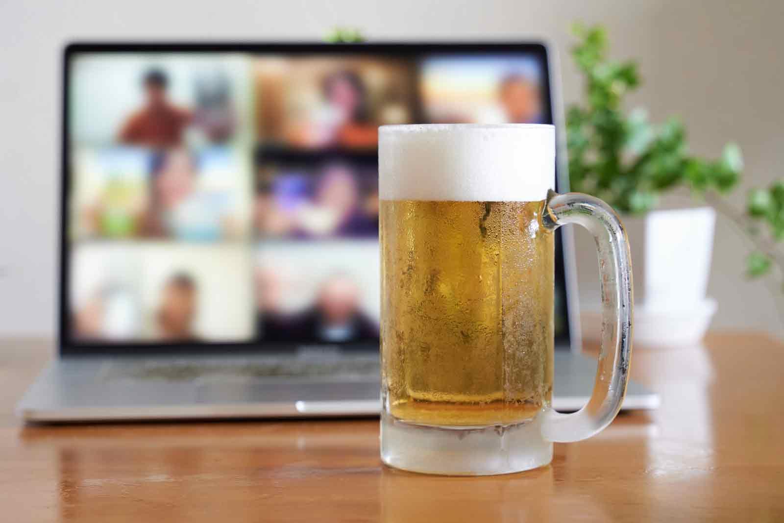 オンライン飲み会中。生ビールがキンキンに冷えている。