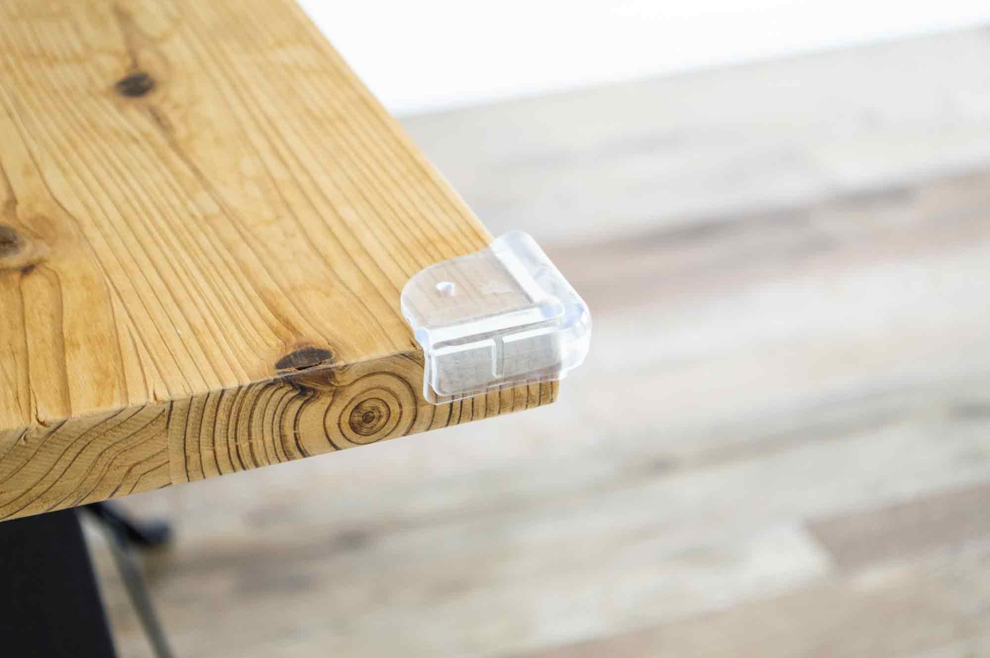 テーブルの角に貼り付けたコーナーガード