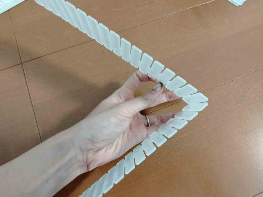 手で簡単に折り曲げることも出来る