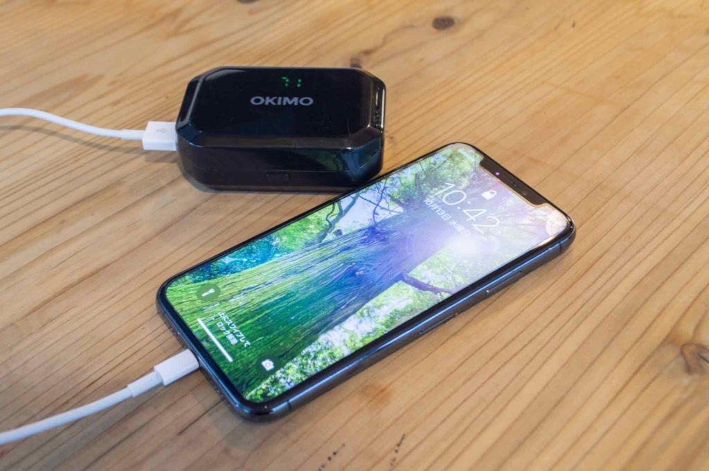 OKIMOのBluetoothワイヤレスイヤホンのケースでiPhoneXを充電