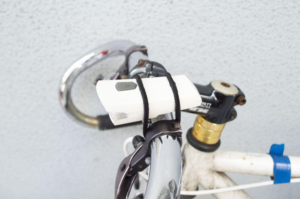 自転車ライトの固定バンドの代用としてヘアゴム2本を使用、1本目だけで装着した状態