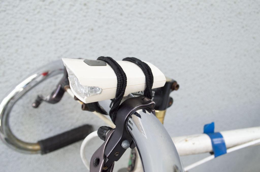 自転車ライトの固定バンドの代用としてヘアゴム2本を使用