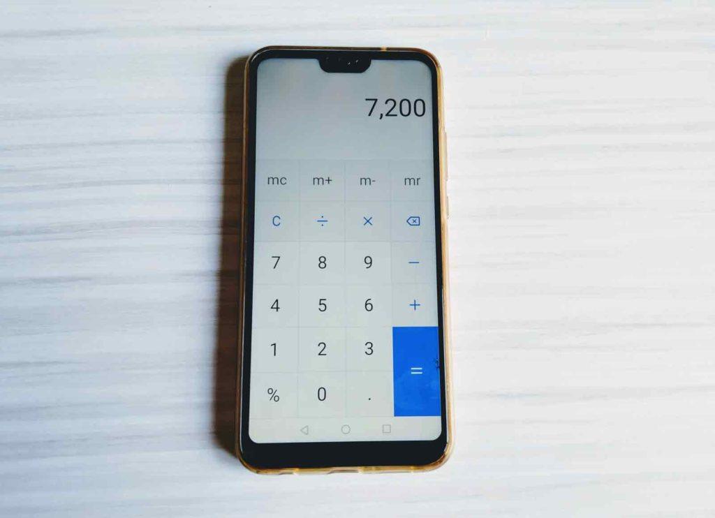 スマートフォンの電卓で計算