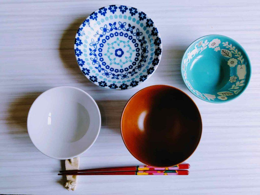 食事用に揃えられたお茶碗やお箸